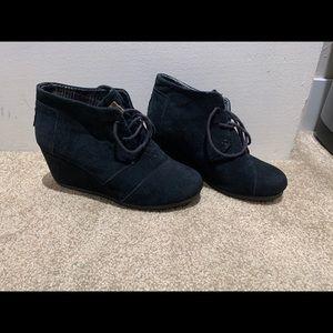 Adorable Black suede wedge desert booties by Toms